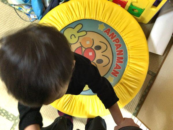 2歳児のアンパンマン ぴょんぴょんジャンプ