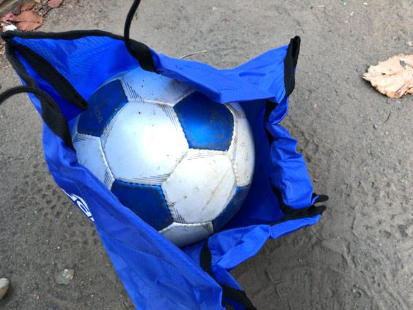 【サッカーボールを入れる袋】ボールネットの入れ方に苦戦してる人は必見!