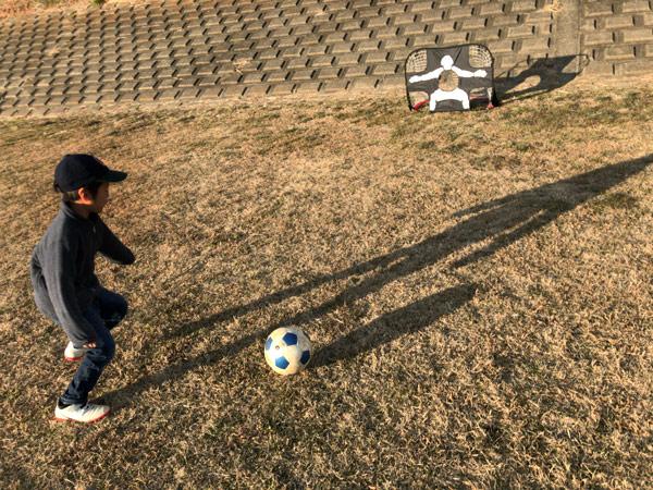 子ども用サッカーゴールとゴールキーパー