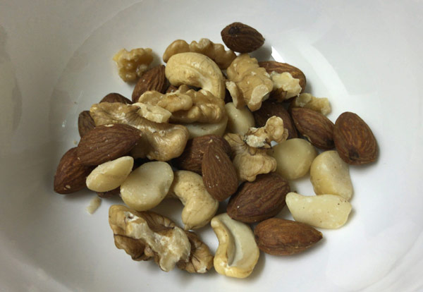 健康を意識したおつまみはミックスナッツ!もちろん無塩・無添加で小分けが便利。