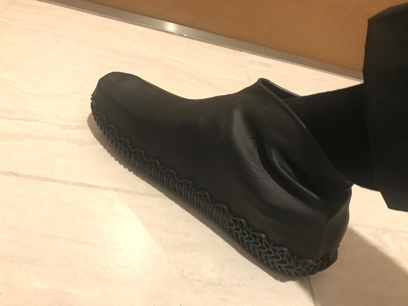 雨の日は防水シューズカバーで靴を濡らさない【折りたたみで持ち運びやすい】