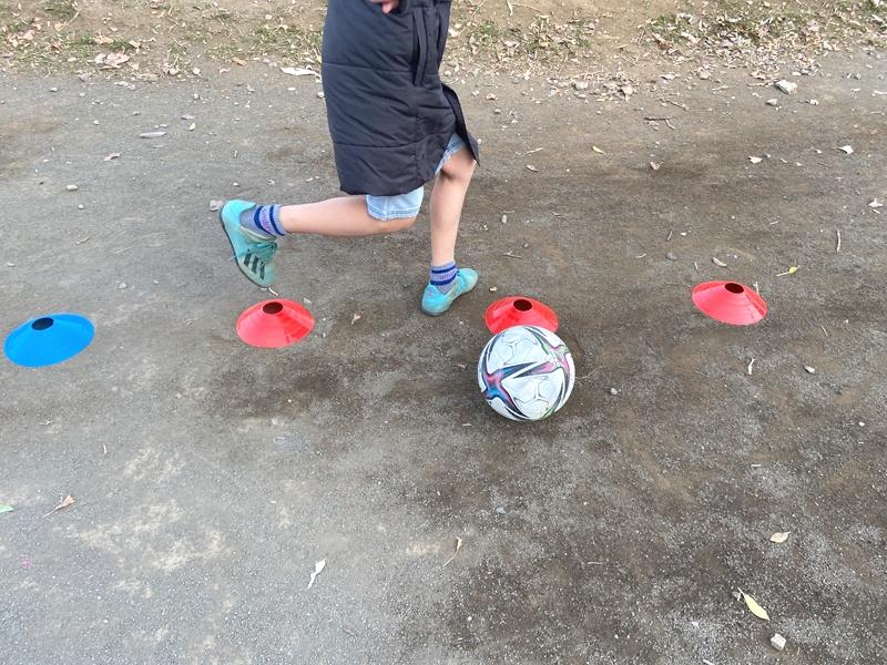 【サッカーのドリブル練習に】マーカーコーンを使って三笘選手を目指す